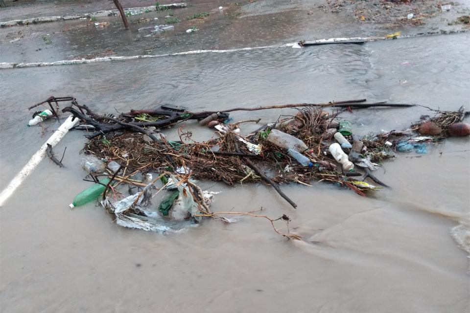 Esgoto à céu aberto em Caraibeiras transborda quando chove